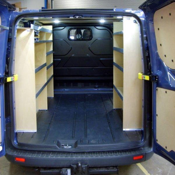 Bilindretning til murer/entreprenør/tømrer med sortimentskasser i bag (str 06). Monteret i Ford Custom L1.