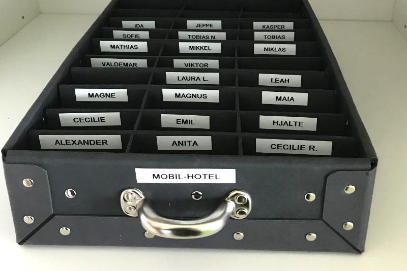 Mobilkasse fiberpap med navne i skab